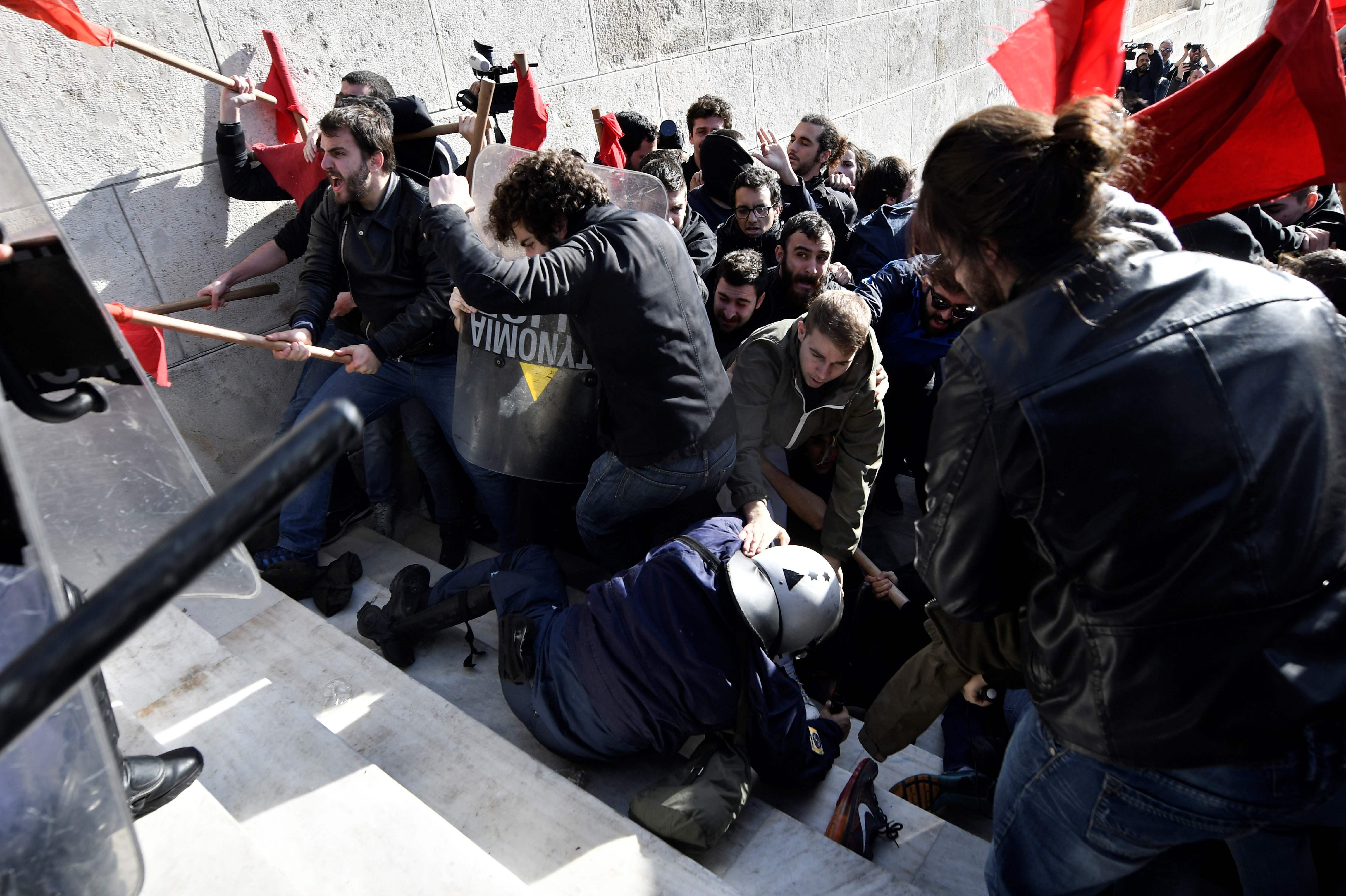 اشتباكات عنيفة فى اليونان أثناء محاولة محتجون اقتحام مقر البرلمان