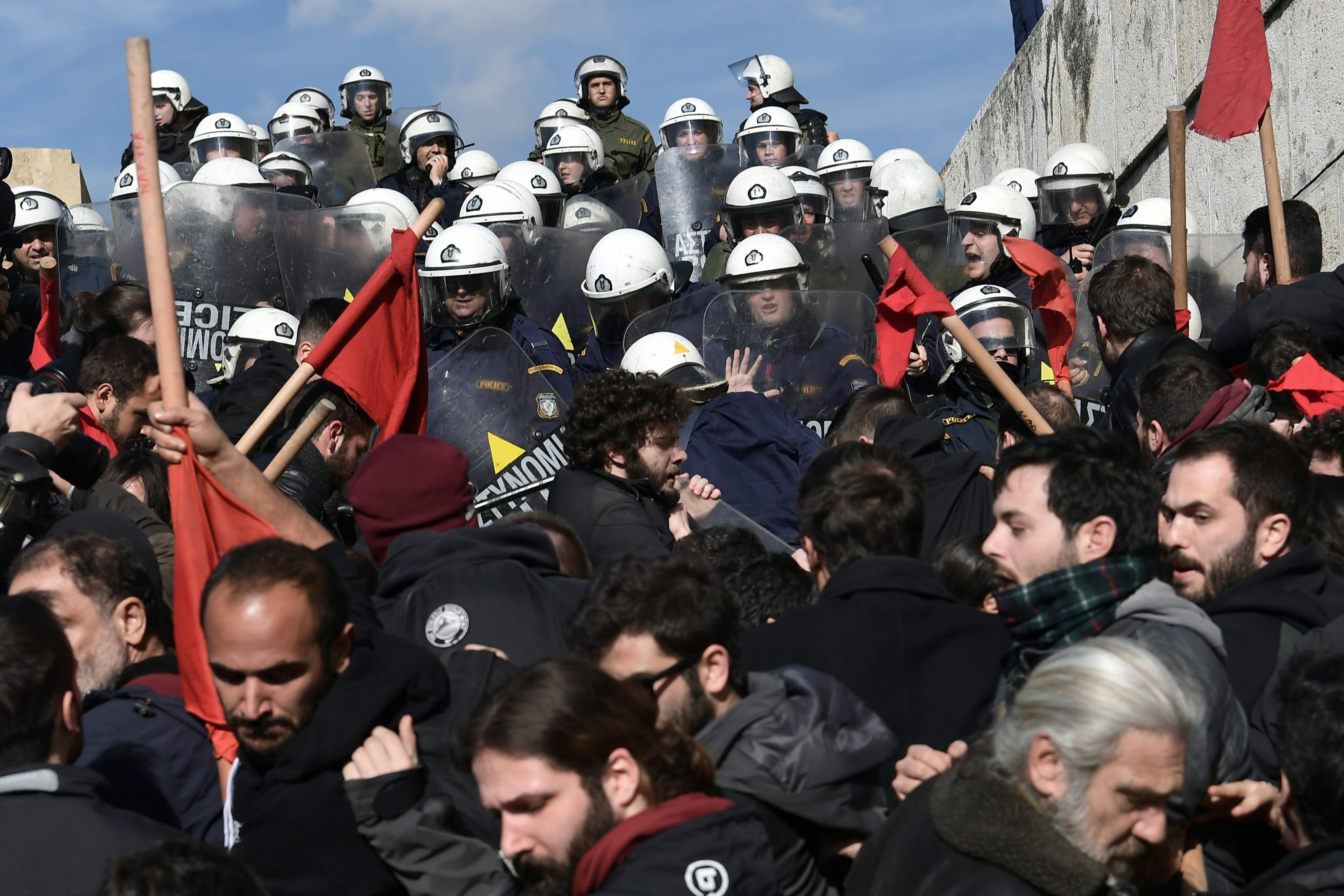 قوات الأمن اليونانية ومتظاهرين
