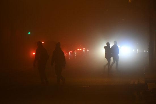 مواطنون-يسيرون-وسط-الضباب