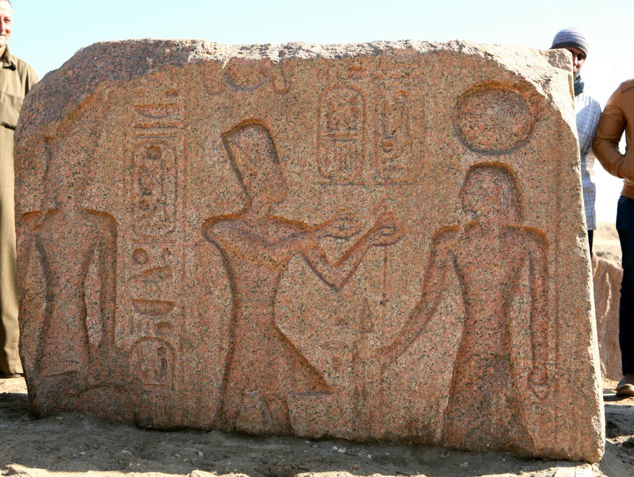 اللوحة الأثرية المكتشفة بصان الحجر (3)