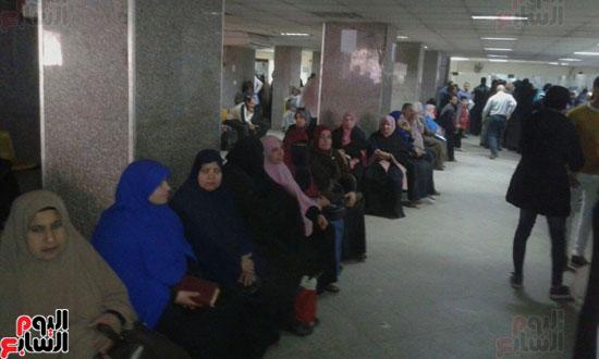 طوابير وانتظار المئات من الأهالى لدعم الرئيس السيسى