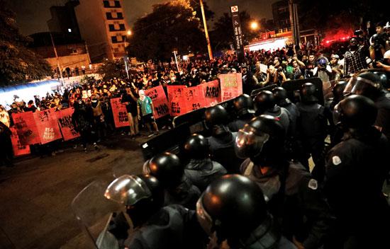 مواجهات بين محتجين وشرطة البرازيل