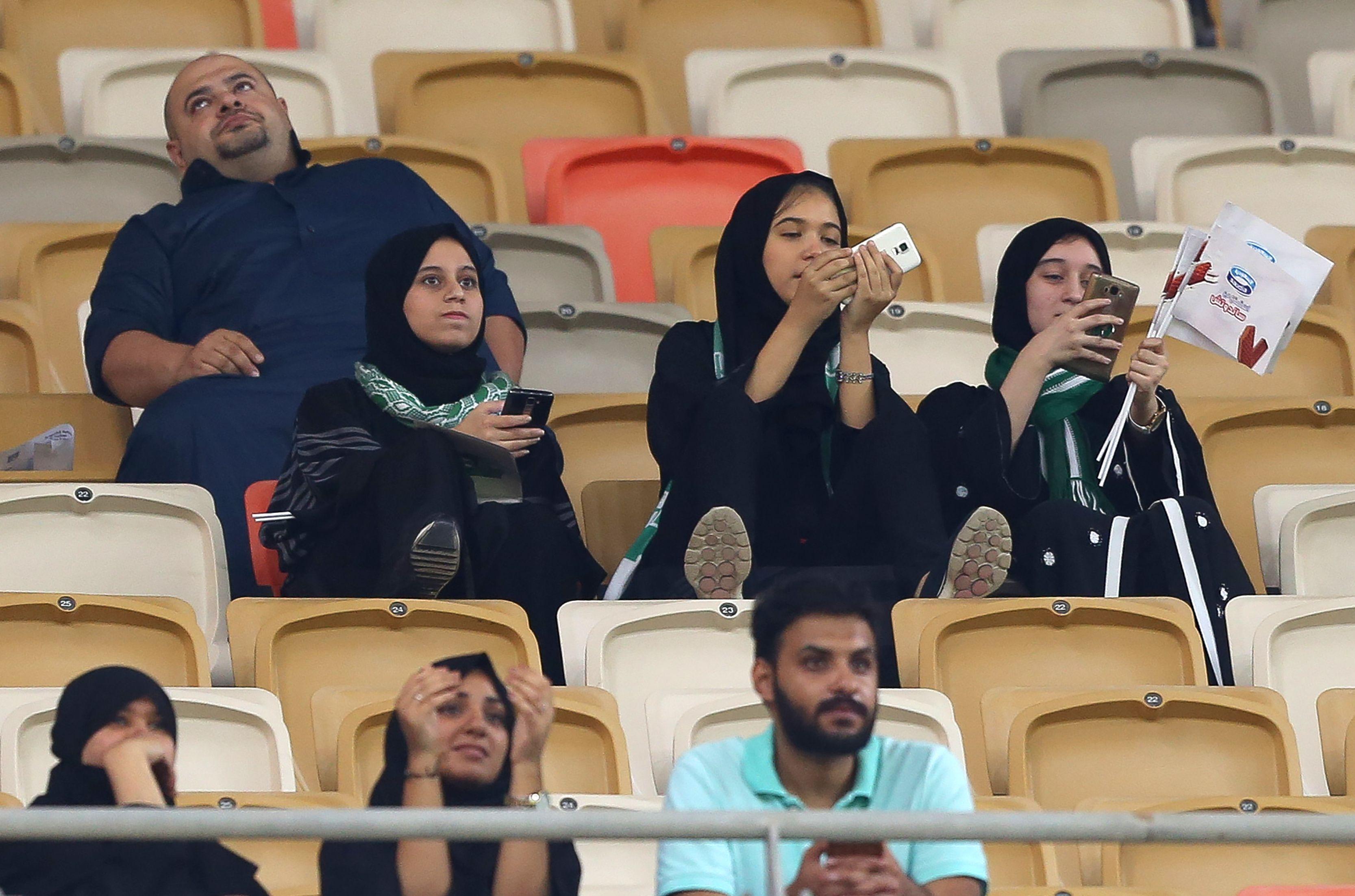 جانب من ظهور السعوديات في المدرجات