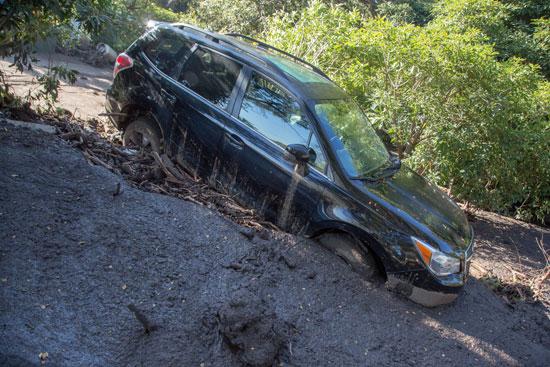 سيارة دمرتها الفيضانات