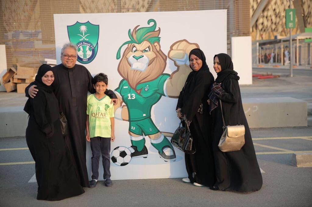 إحدى العائلات داخل الملعب