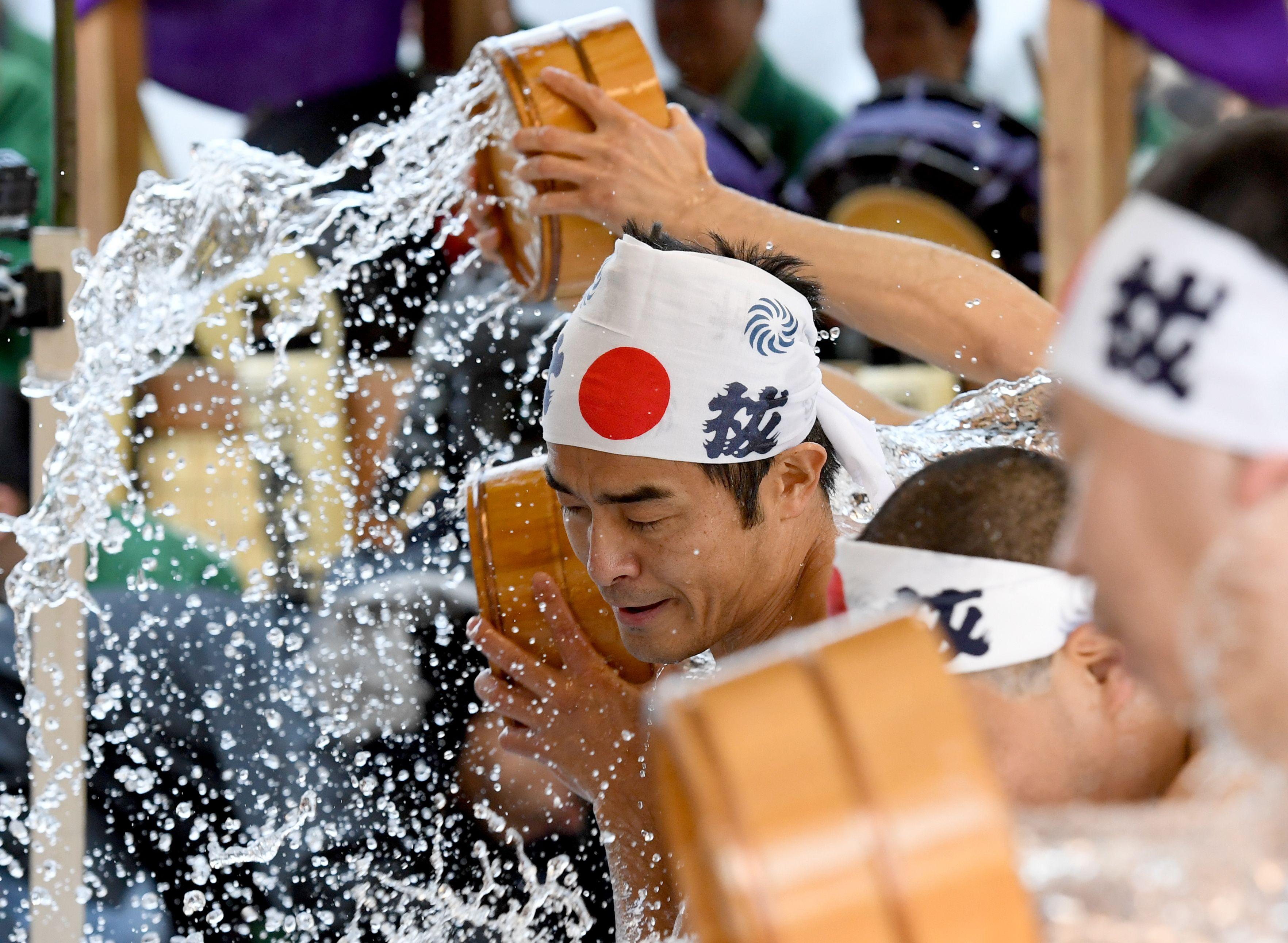 اليابانيون يصلون من أجل الحظ