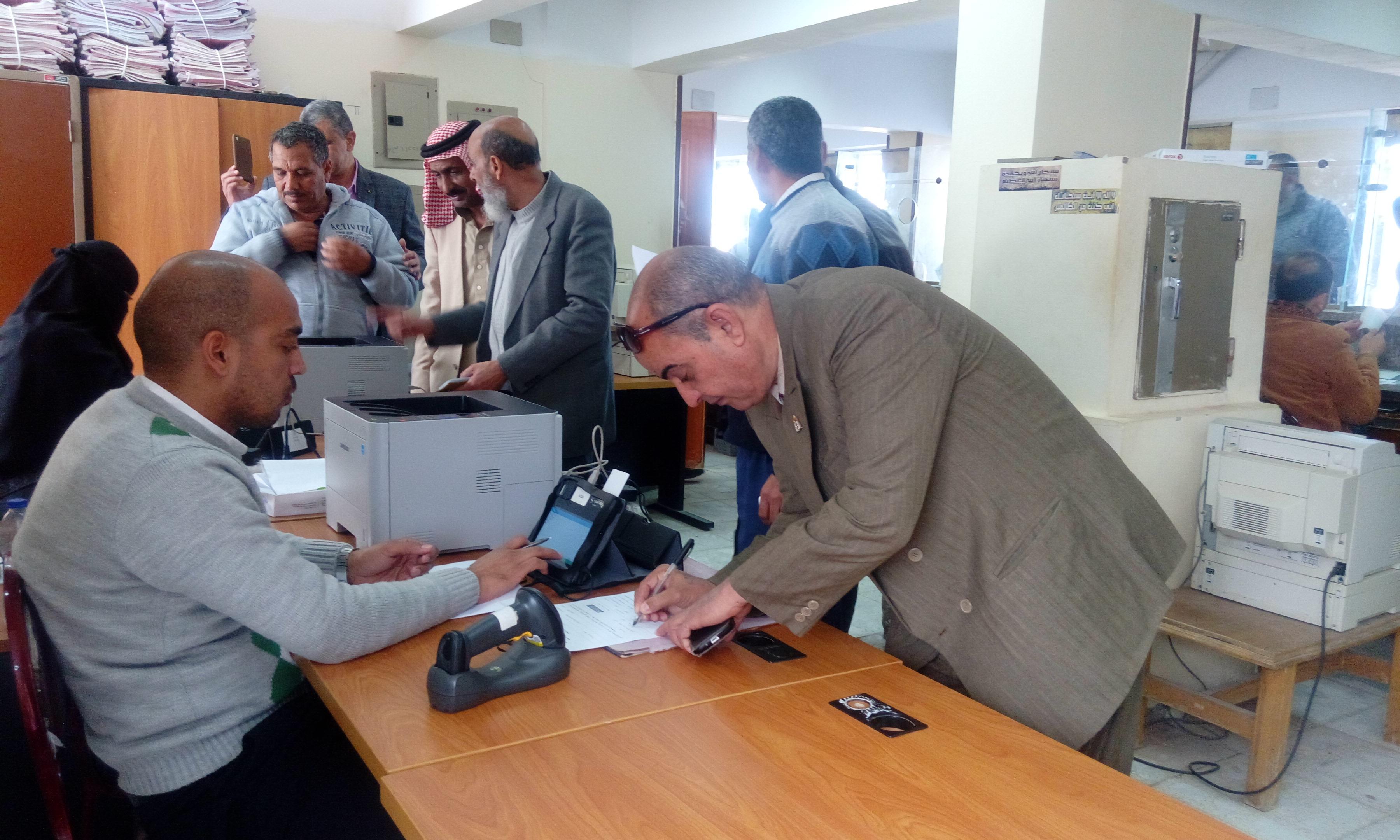 اثناء توقيع المواطنين على التوكيل