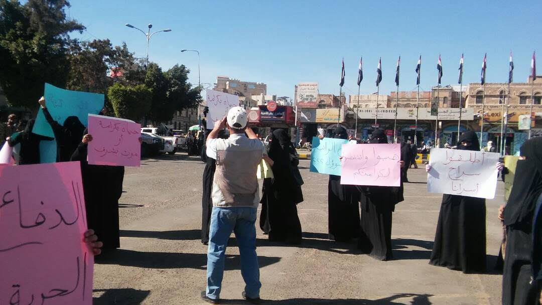 النساء يرفعن اللافتات فى شوارع اليمن
