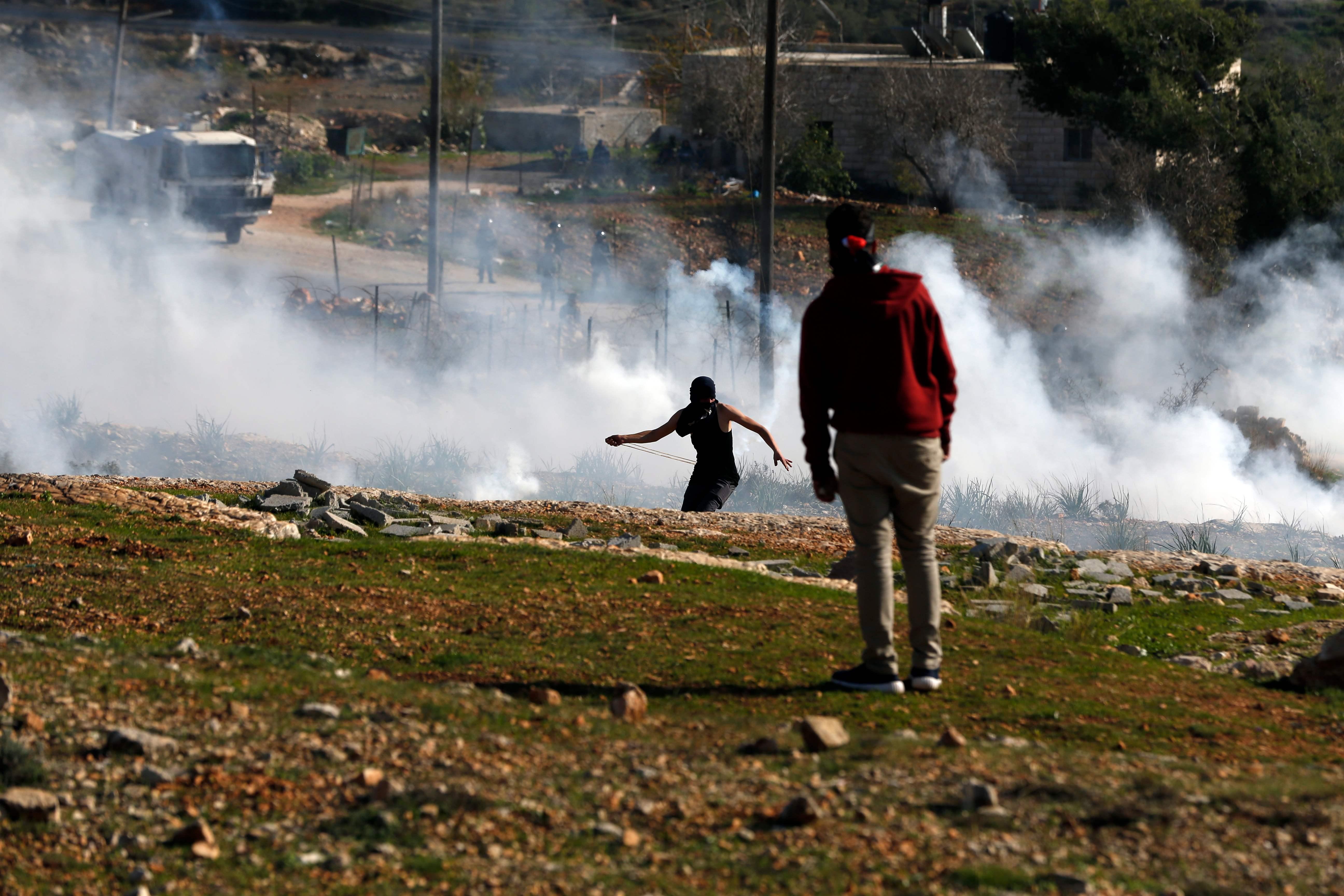 جنود الاحتلال يطلقون وابل من القنابل المسيلة للدموع