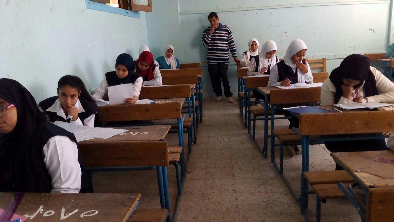 وكيل تعليم الأقصر يتفقد بدء إمتحانات الفصل الدراسى الأول للشهادة الإعدادية