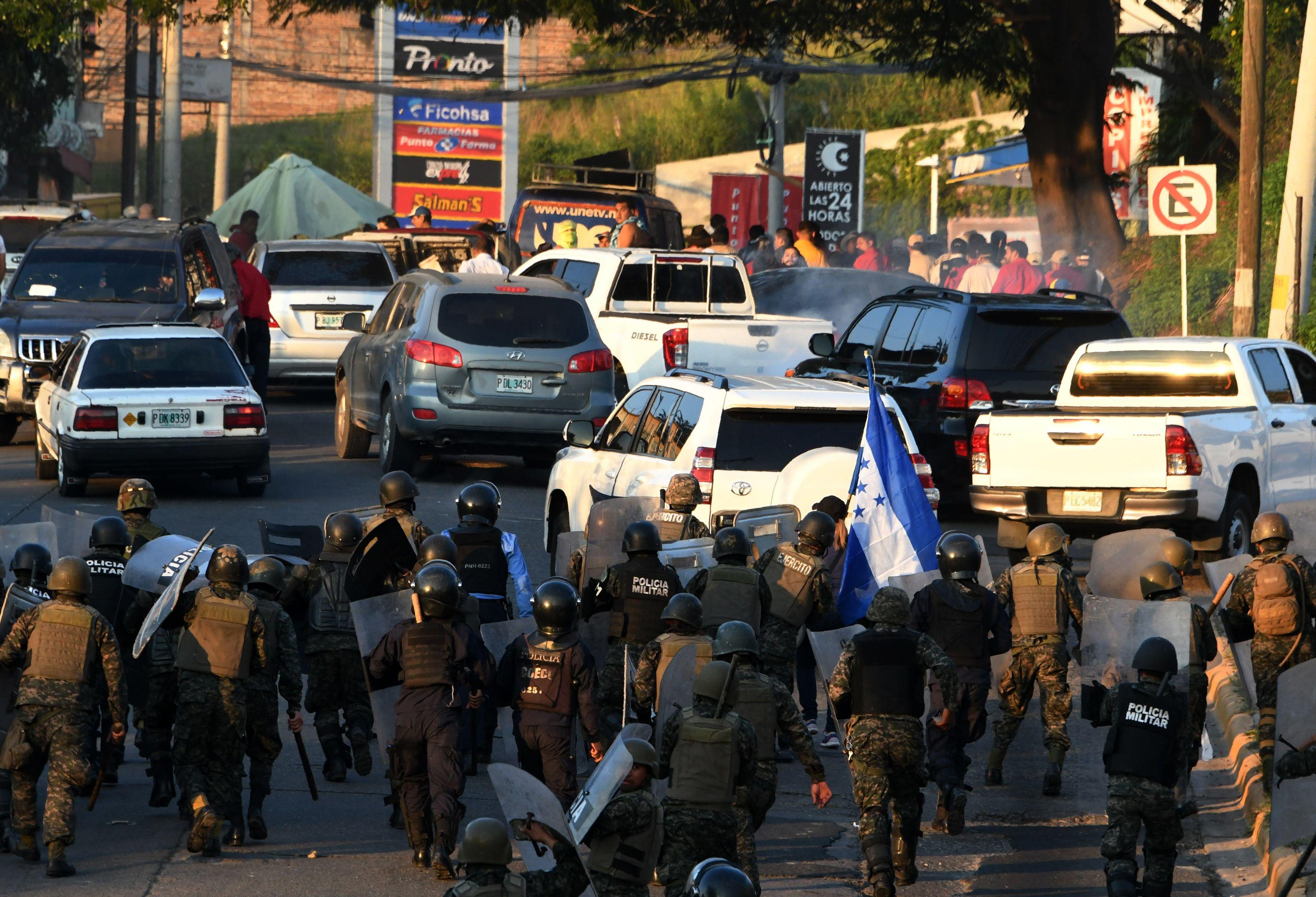قوات الأمن تفرق المحتجين