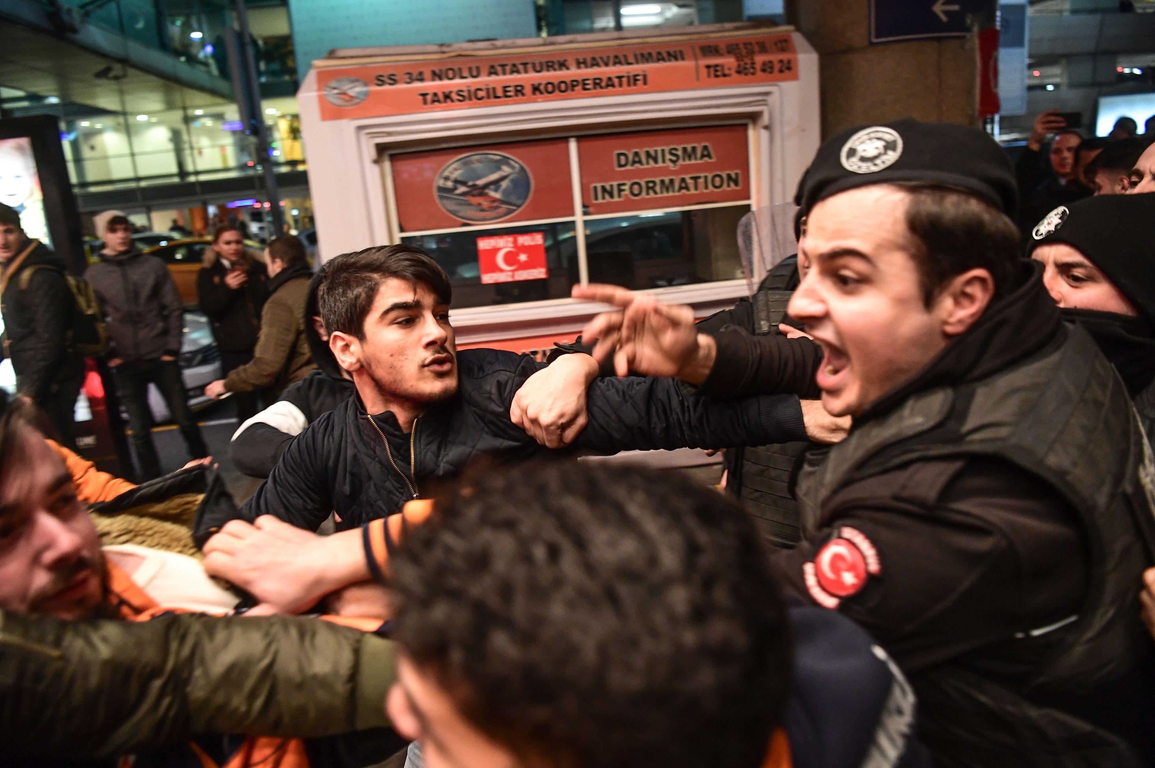 اشتباكات الجماهير والشرطة
