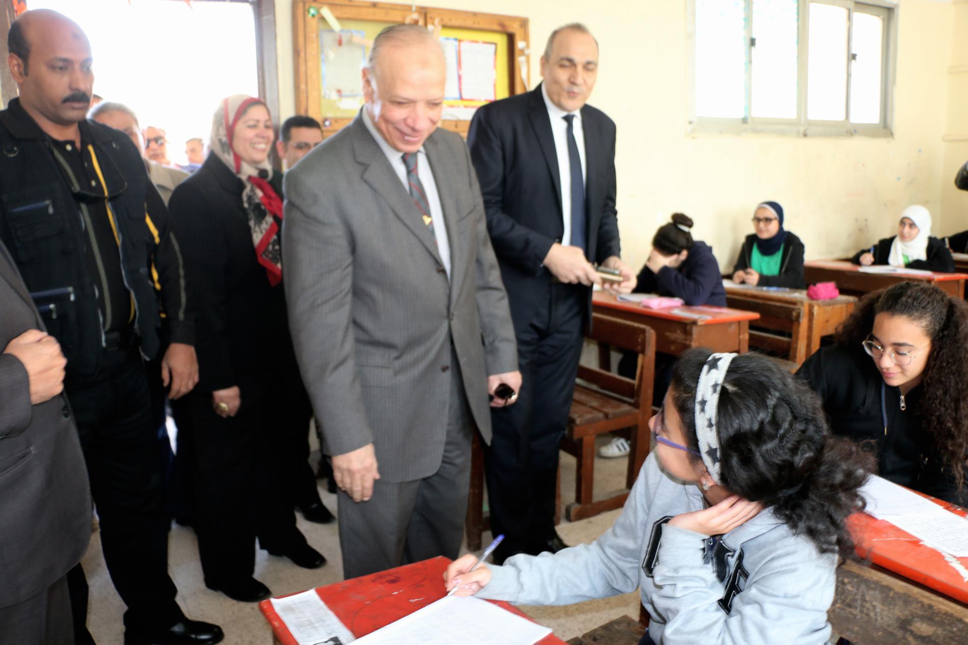 محافظ القاهرة يتفقد سير امتحانات الشهادة الإعدادية (3)