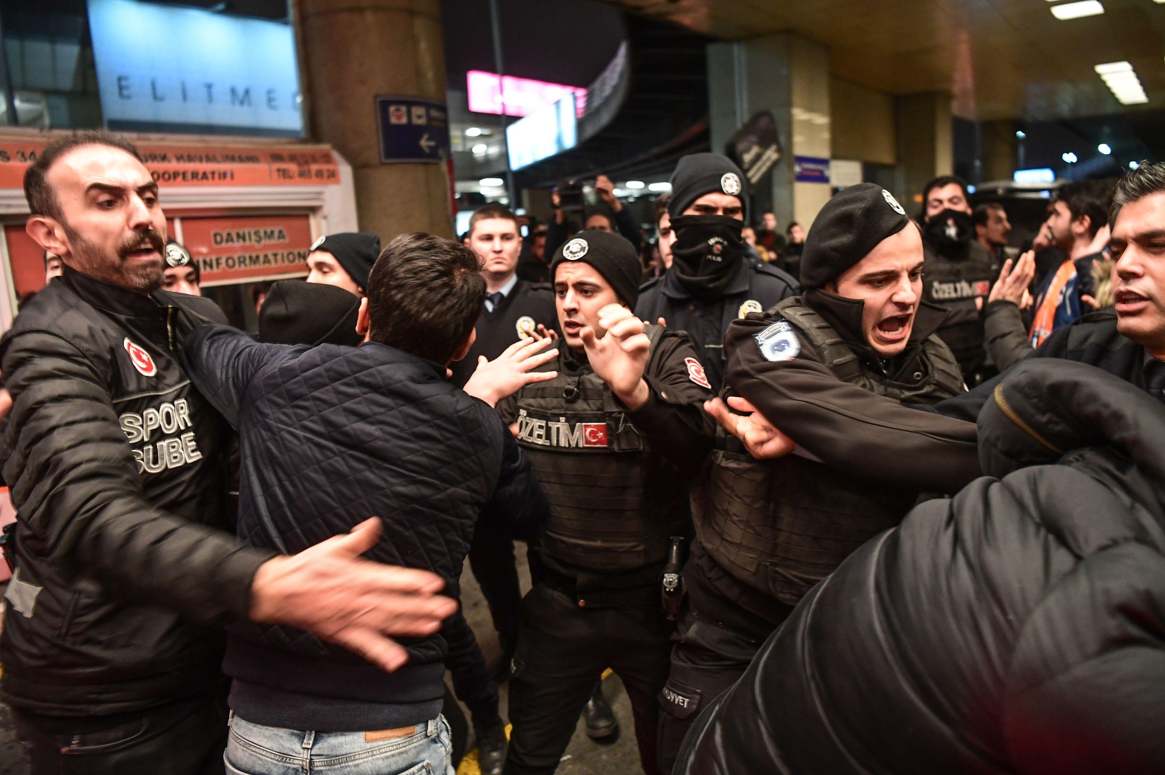 اشتباكات بين الجماهير والشرطة