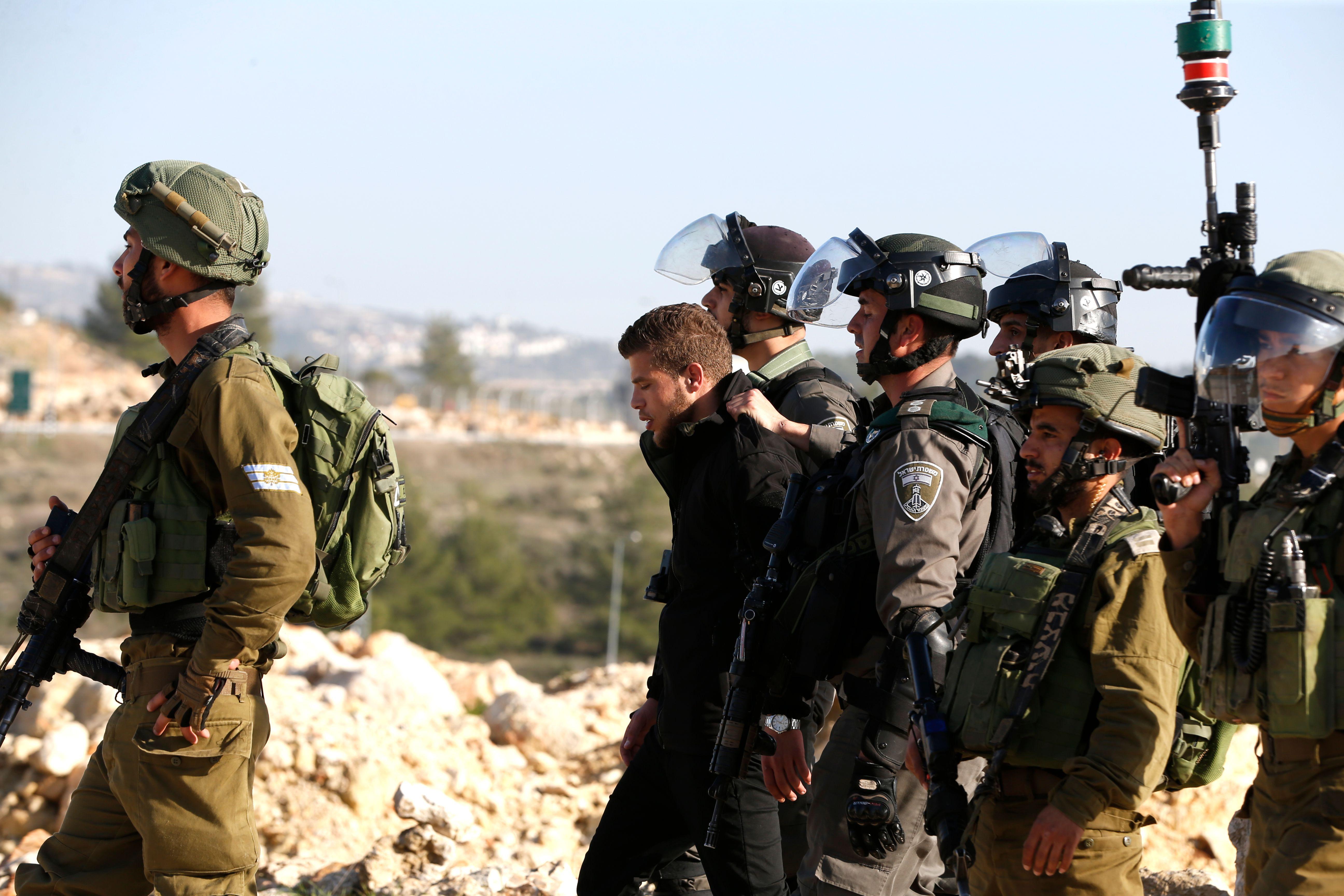 قوات الاحتلال تعتقل المشاركين في التظاهر