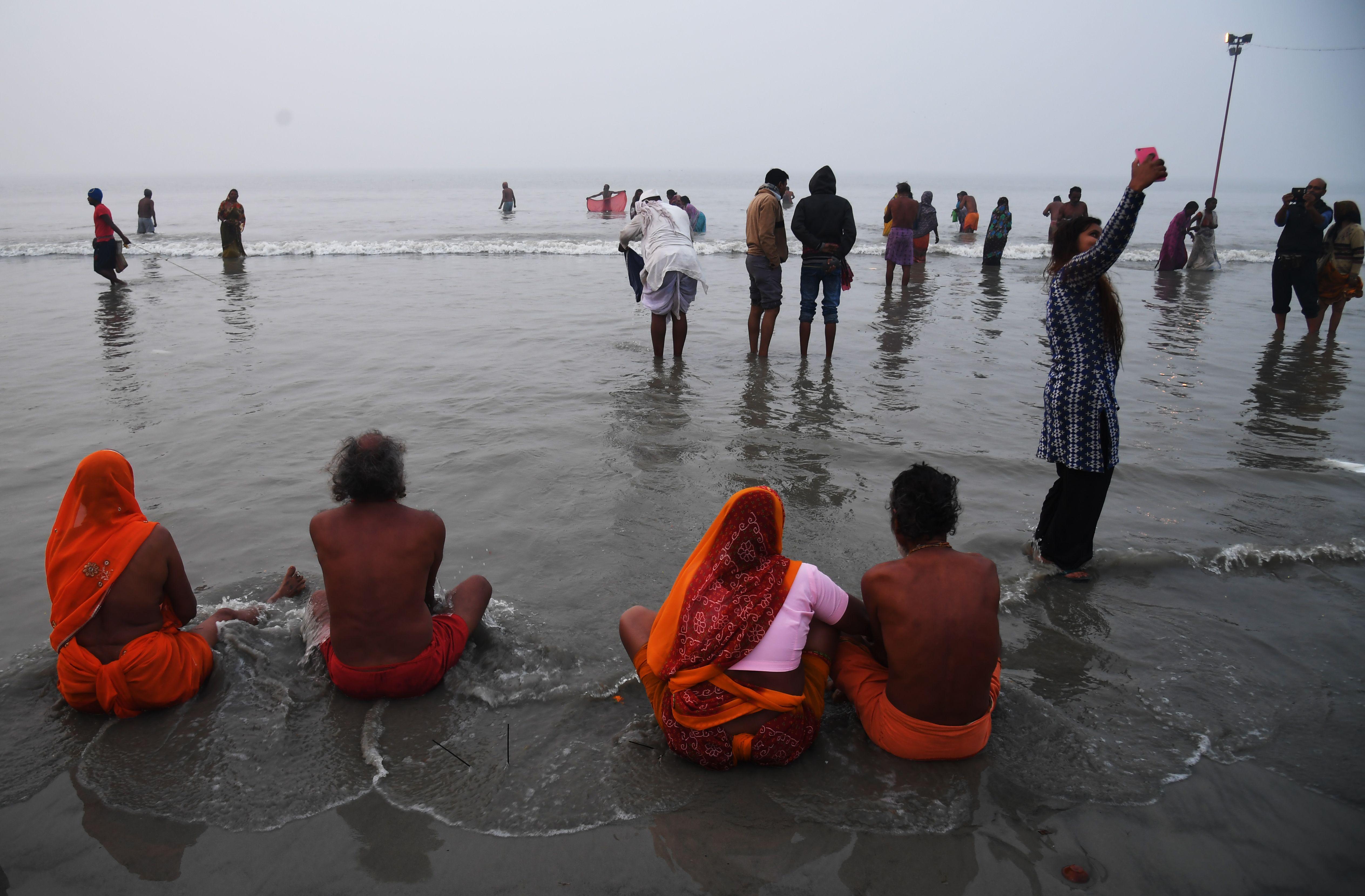 الهندوس يحجون ويستحمون فى نهر هندى