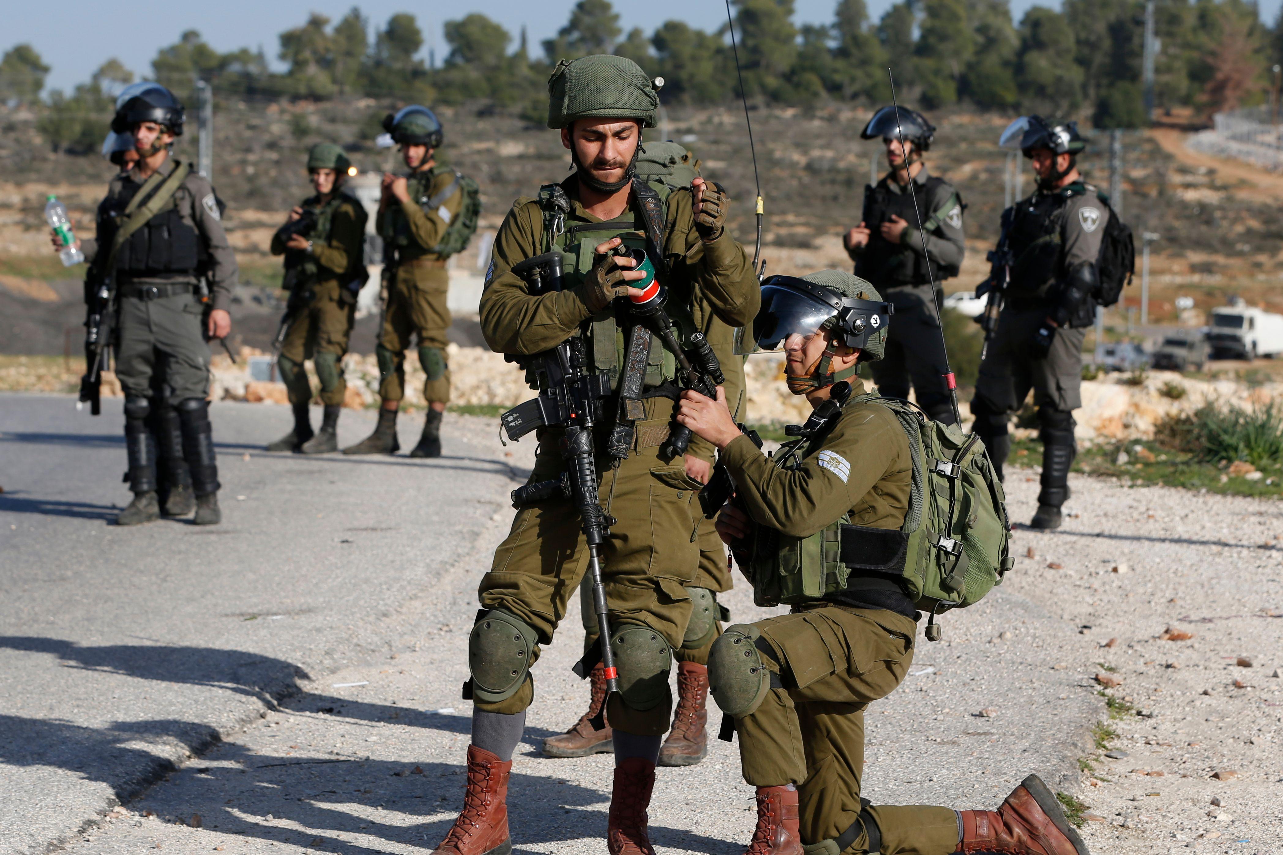 قوات الاحتلال تطلق الغاز والرصاص