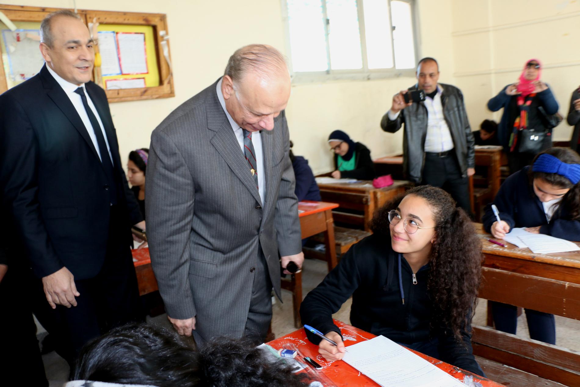 محافظ القاهرة يتفقد سير امتحانات الشهادة الإعدادية (5)