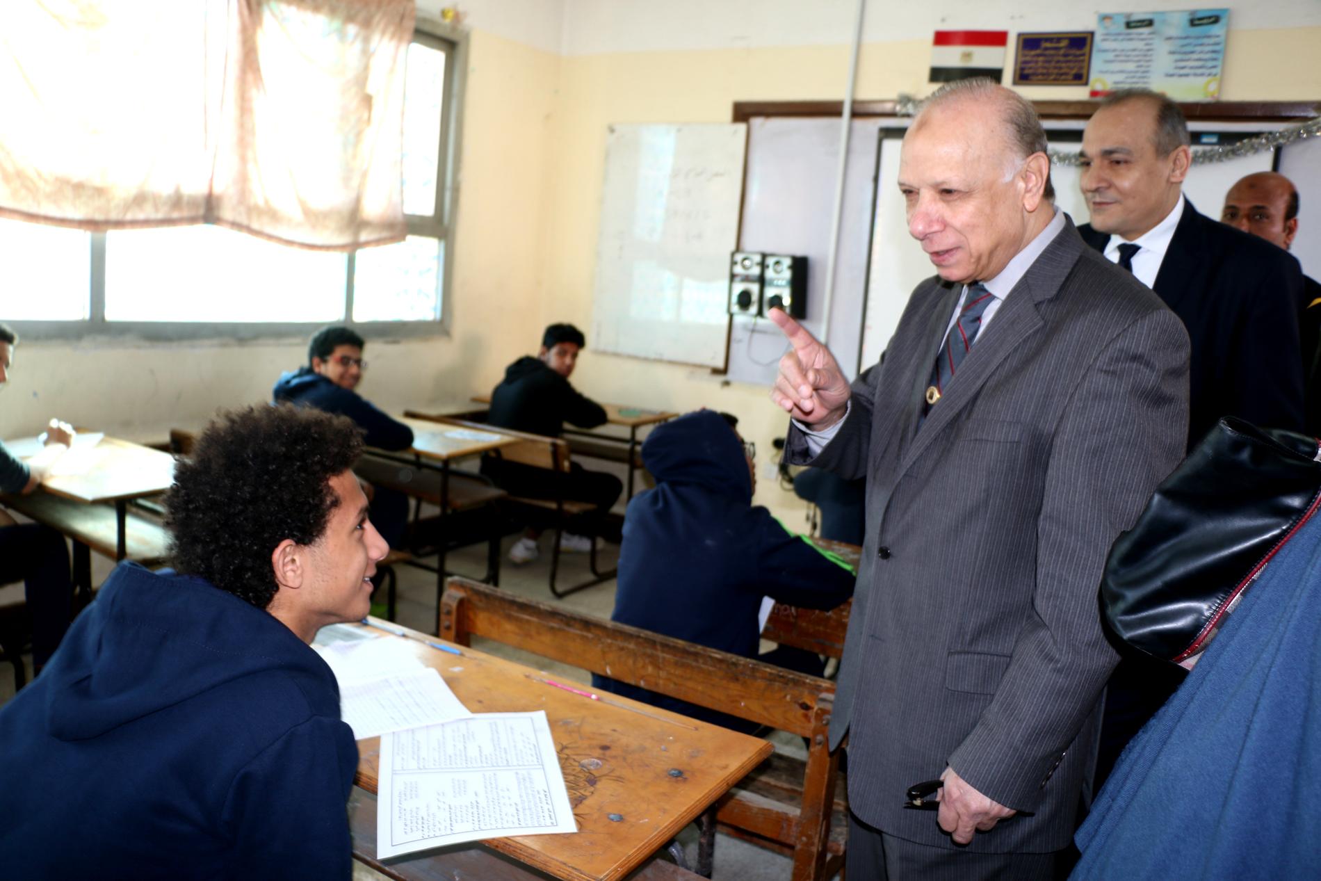 محافظ القاهرة يتفقد سير امتحانات الشهادة الإعدادية (6)