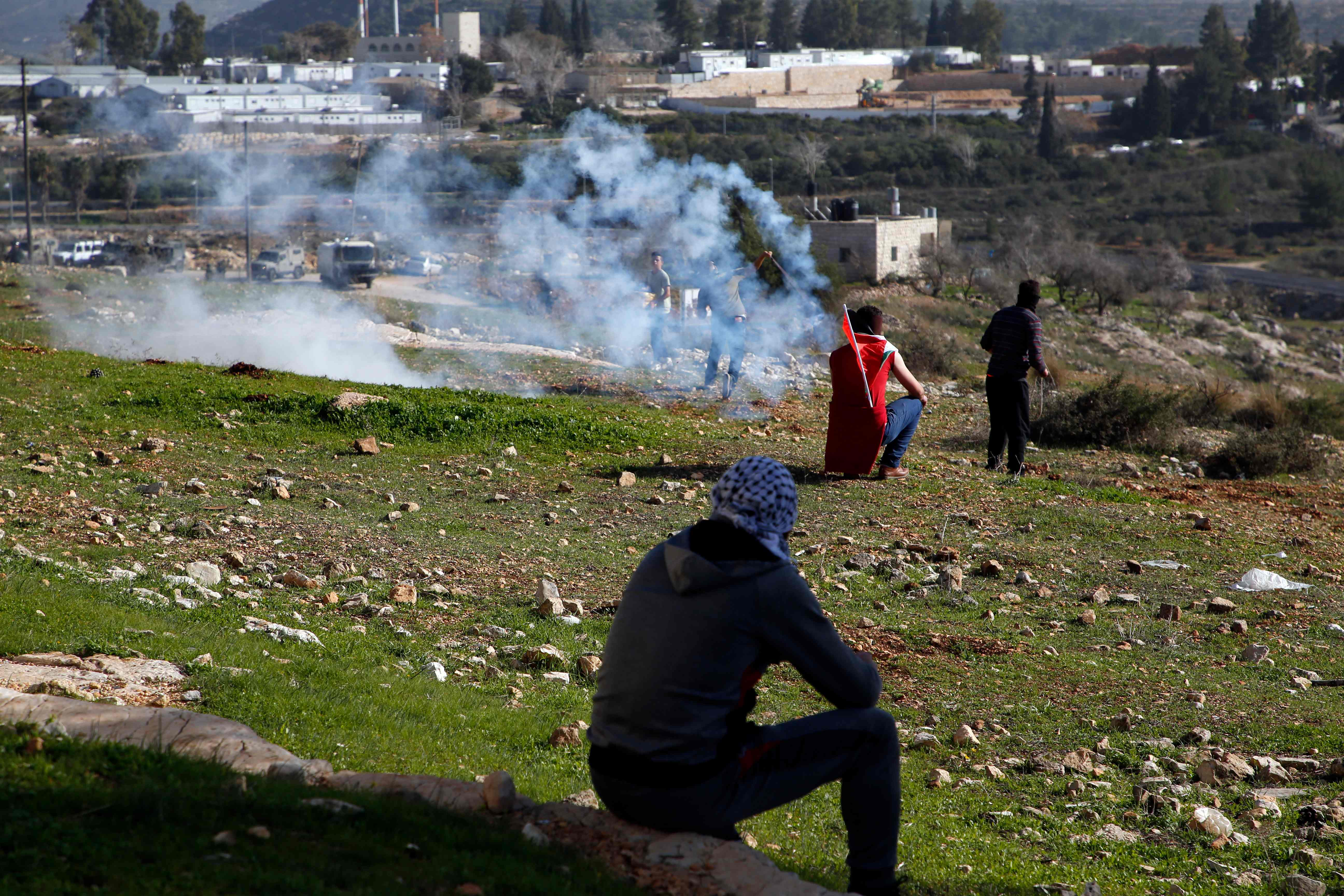 الاحتلال يطلق الغاز على الفلسطينيين