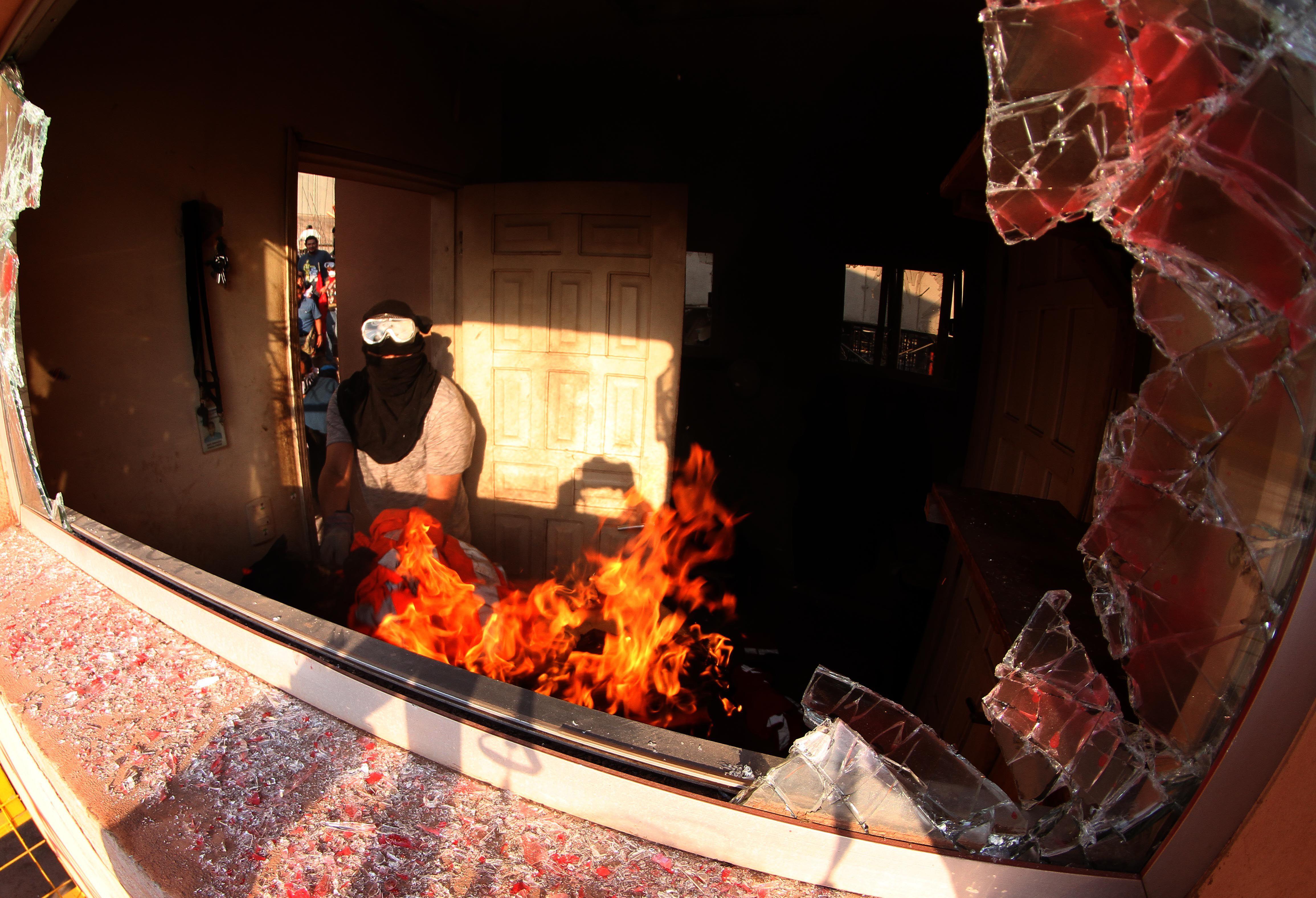 المحتجون يشعلون النار خلال اعمال الشغب