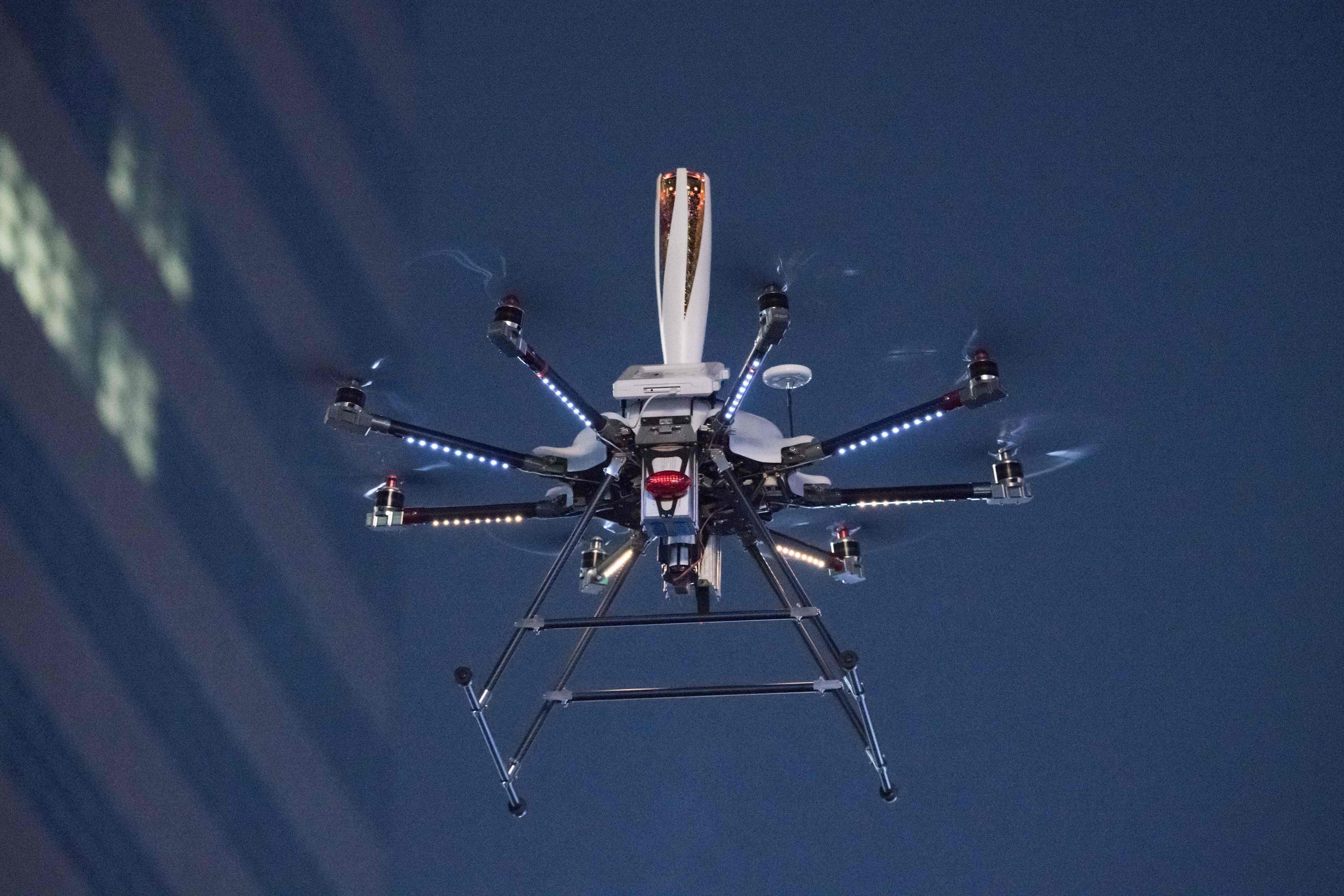 طائرة بدون طيار تحمل الشعلة الأولمبية فى شوارع سيول