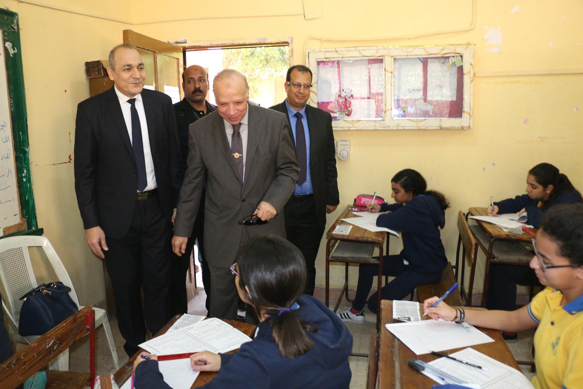 محافظ القاهرة يتفقد سير امتحانات الشهادة الإعدادية (2)