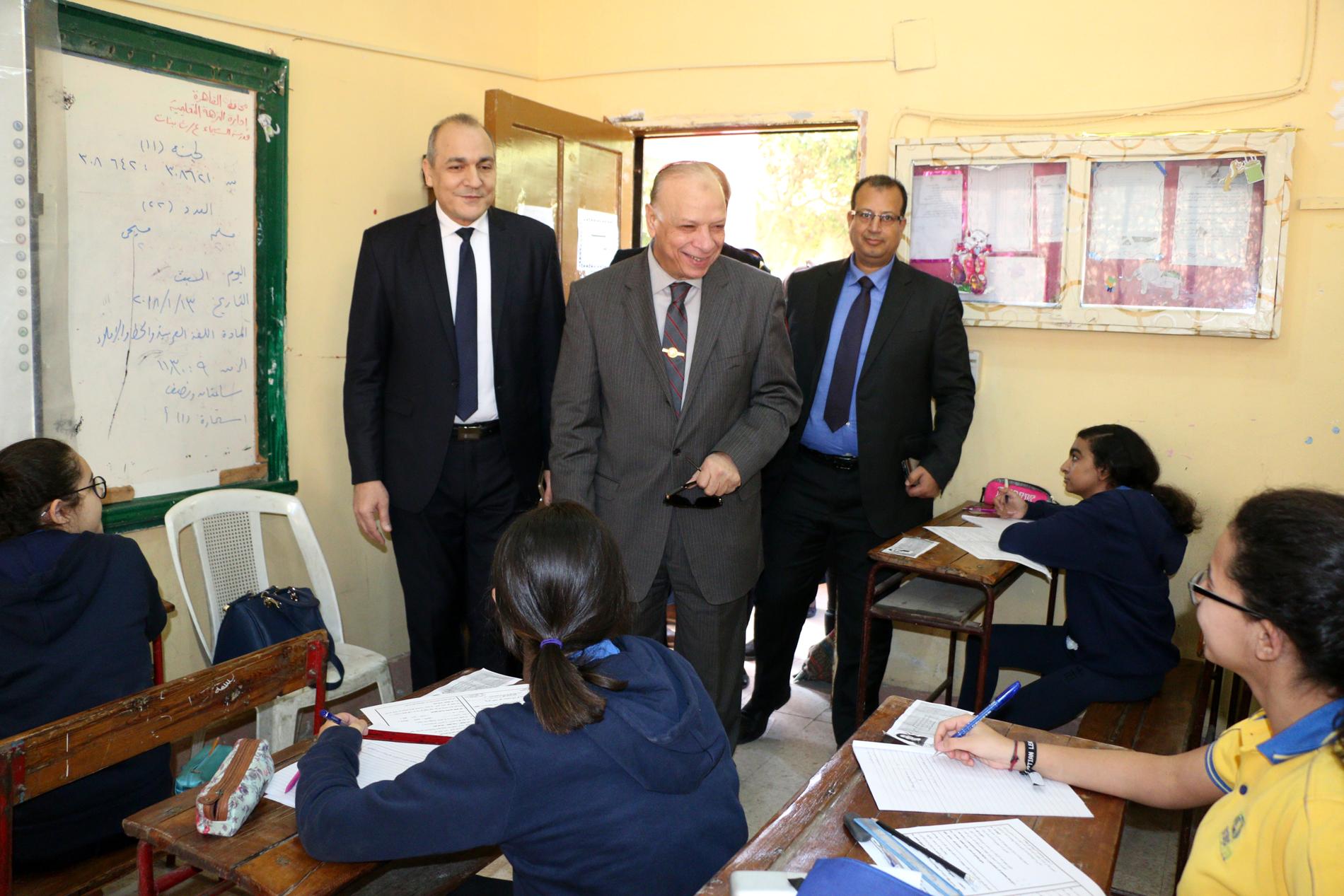 محافظ القاهرة يتفقد سير امتحانات الشهادة الإعدادية (1)