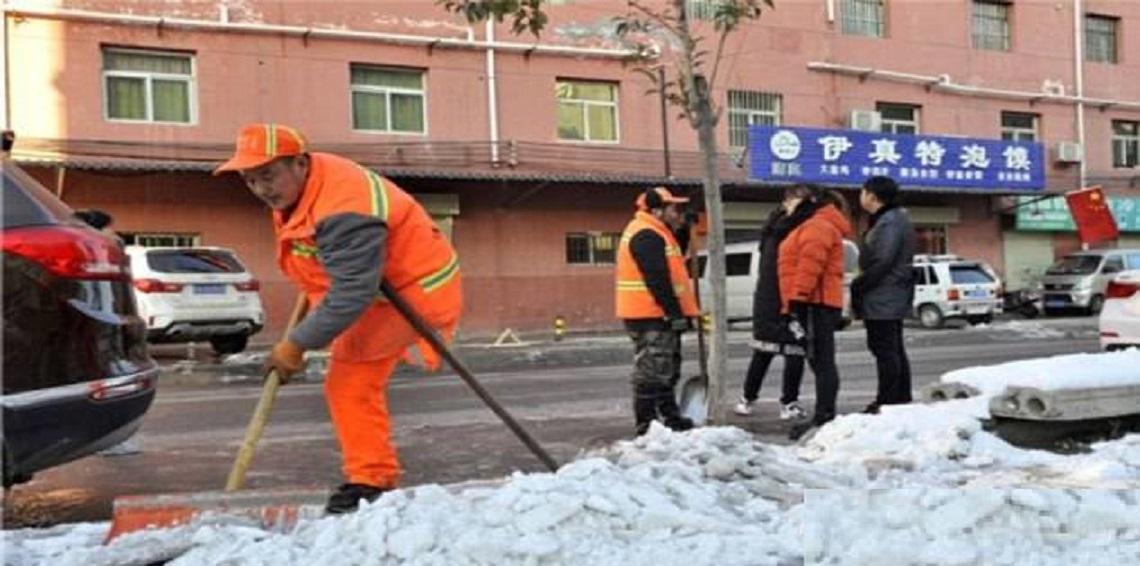 عامل النظافة الصينى أثناء عمله