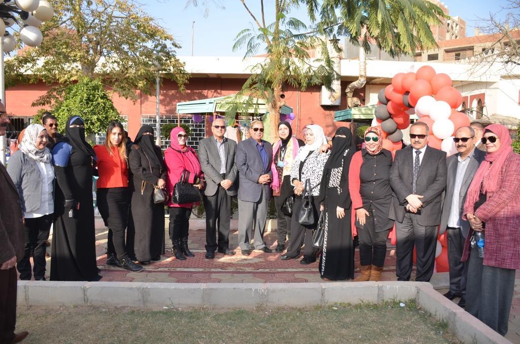 6- صورة جماعية للمحافظ مع المشاركات بالمعرض