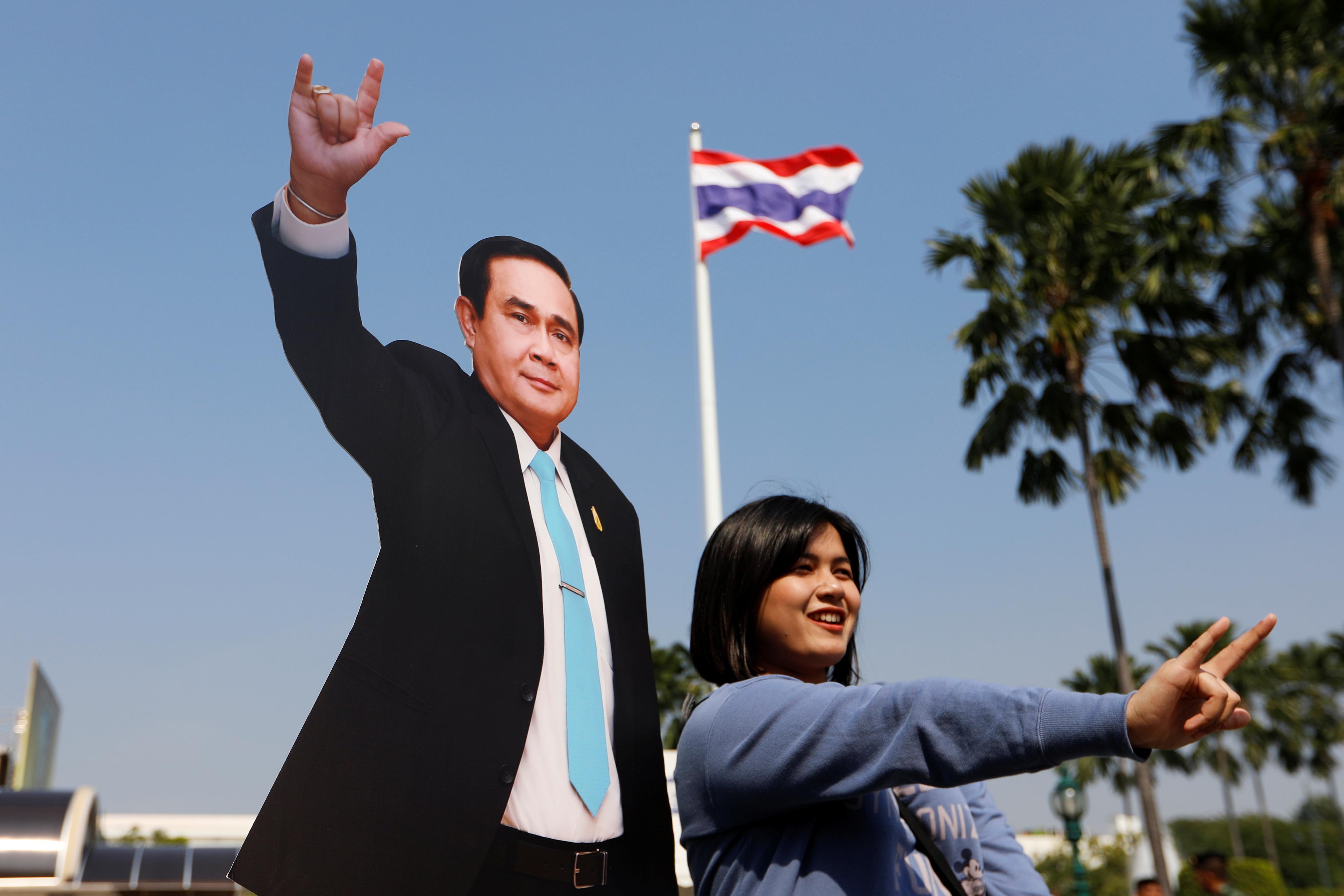 صورة مع هيكل كرتونى لرئيس وزراء تايلاند