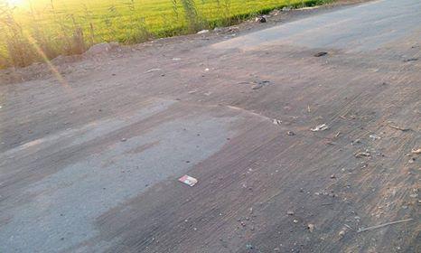 حفر عميقة ومطبات هوائية بطريق قرية عدلان
