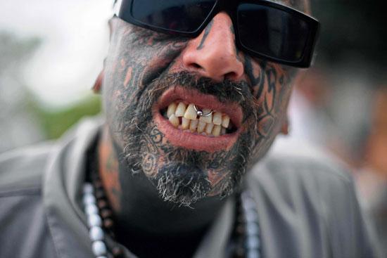 رجل يرسم وجهه بالوشم