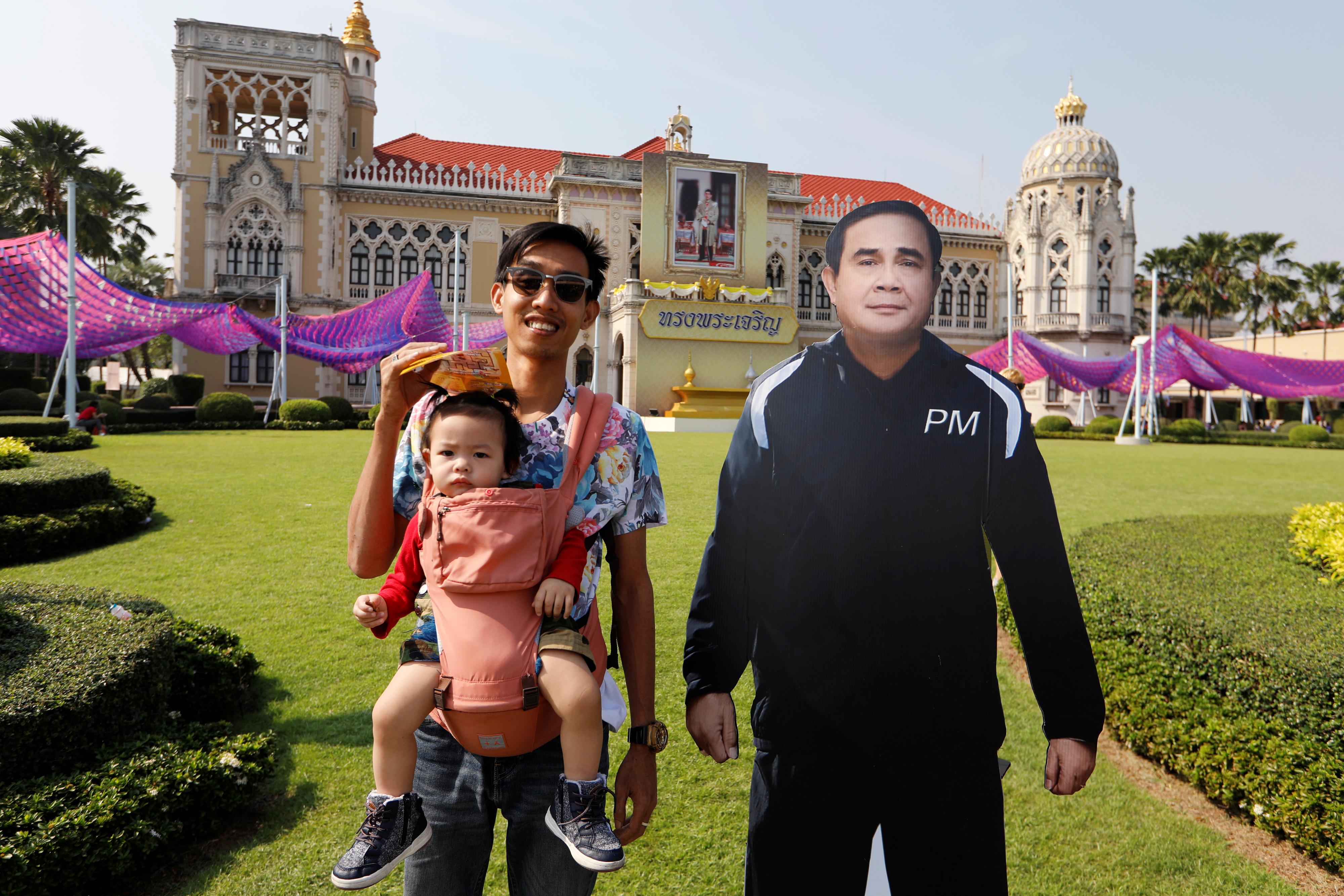 رجل يحمل طفله خلال الاحتفال بيوم الطفل فى تايلاند