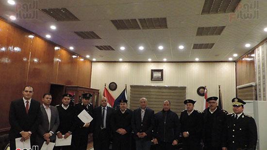 صورة تذكارية للضباط المكرمين مع مدير أمن مطروح