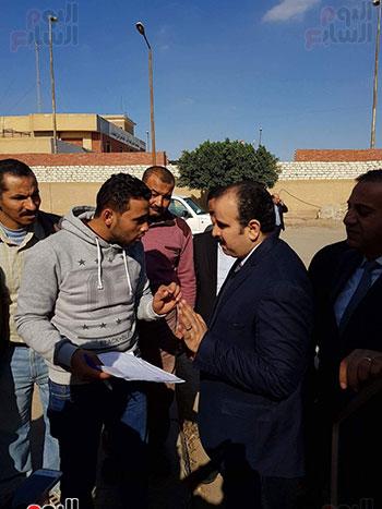 رقم-4-عمرو-الشيخ-مع-وكيل-مديرية-الصحة-بالشرقية