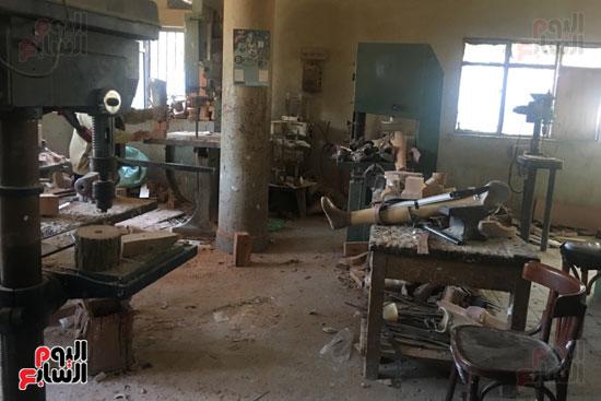 ورشة صناعة نحت الخشب لصناعة طرف صناعي