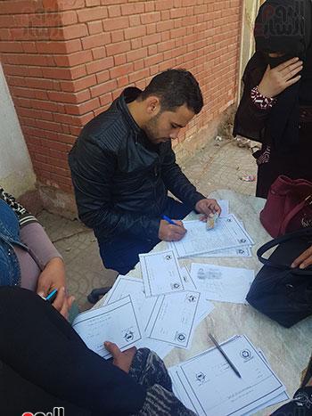 رقم-3-عمرو-الشيخ-أثناء-تسجيل-اسماء-السيدات-للكشف-في-مبادرة-سرطان-الثدي