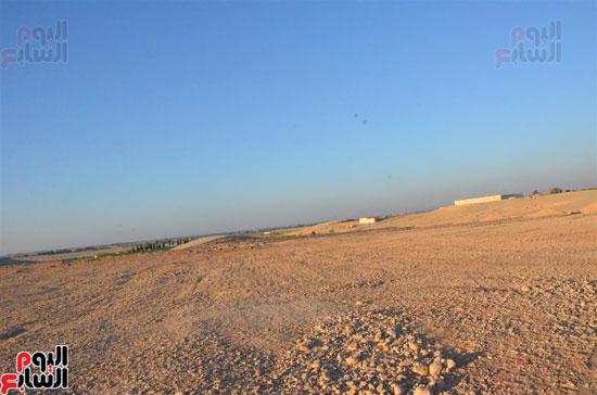 الصحراء المحيطة بالأراضى التى تم تعميرها بإسنا