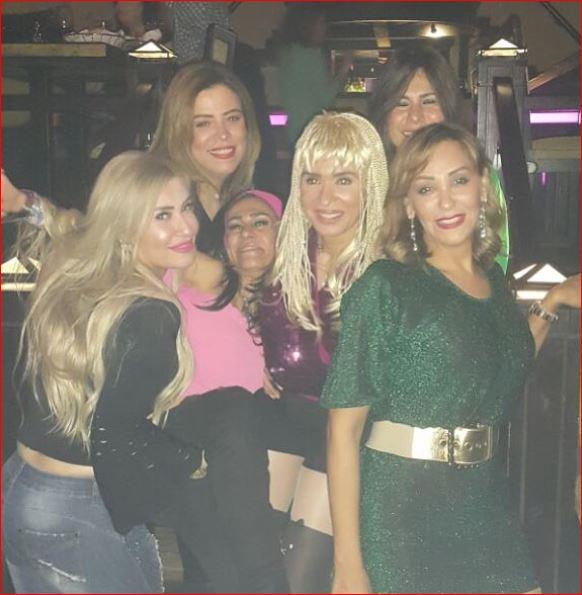 دينا وسط مجموعة من الموجودين بالحفل