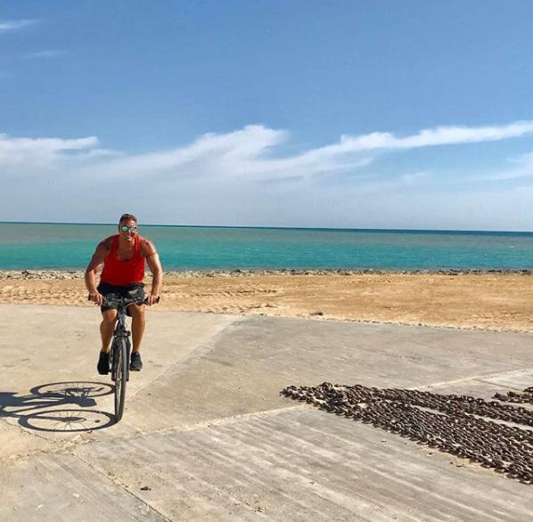 تامر هجرس يقود الدراجة