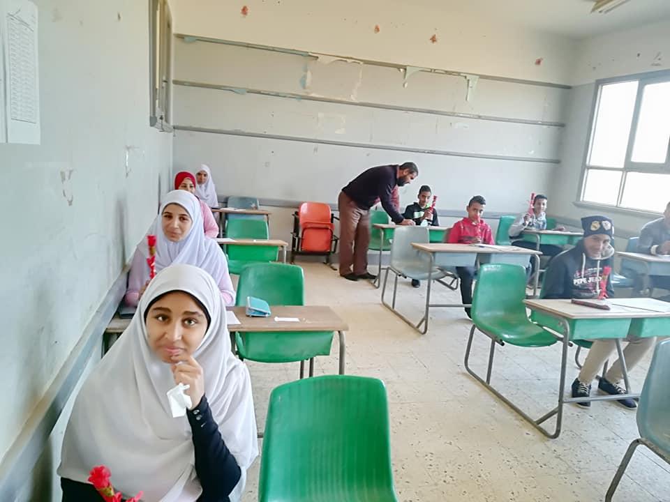 المدرسة مع طالباتها