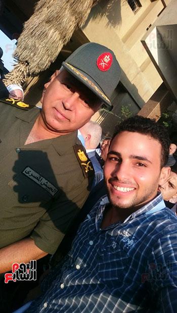 رقم-7-عمرو-الشيخ-مع-اللواء-كامل-الوزير-اثناء-تفقد-مستشفي-التامين-بالعاشر