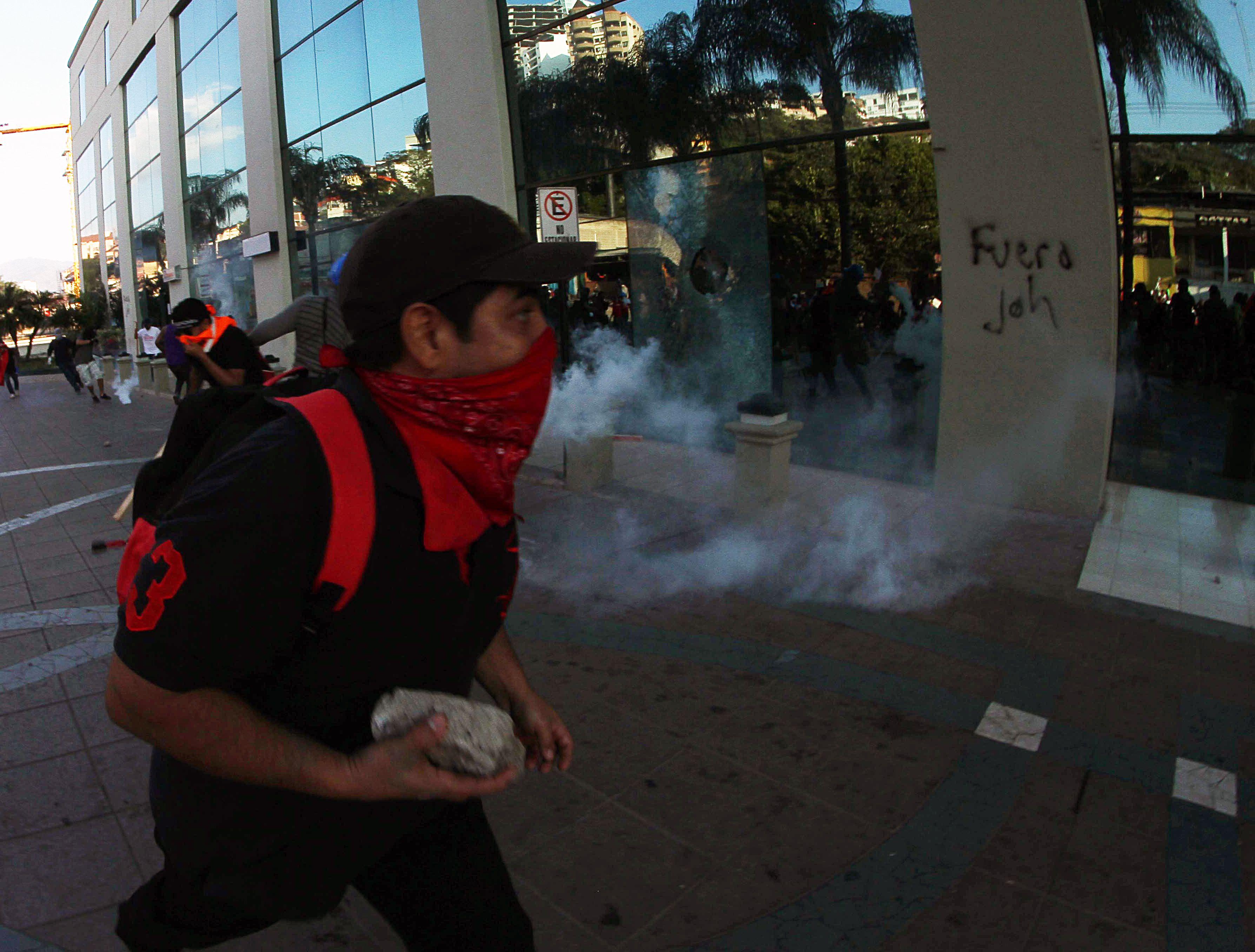 متظاهر يحمل حجارة