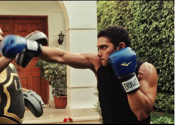 آسر ياسين يمارس رياضة الملاكمة