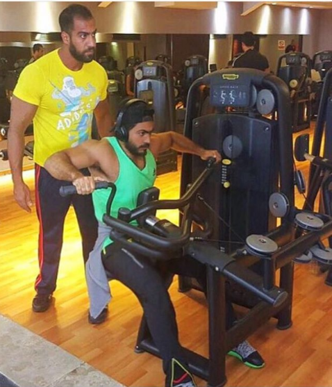 تامر حسني يمارس الرياضة بالجيم
