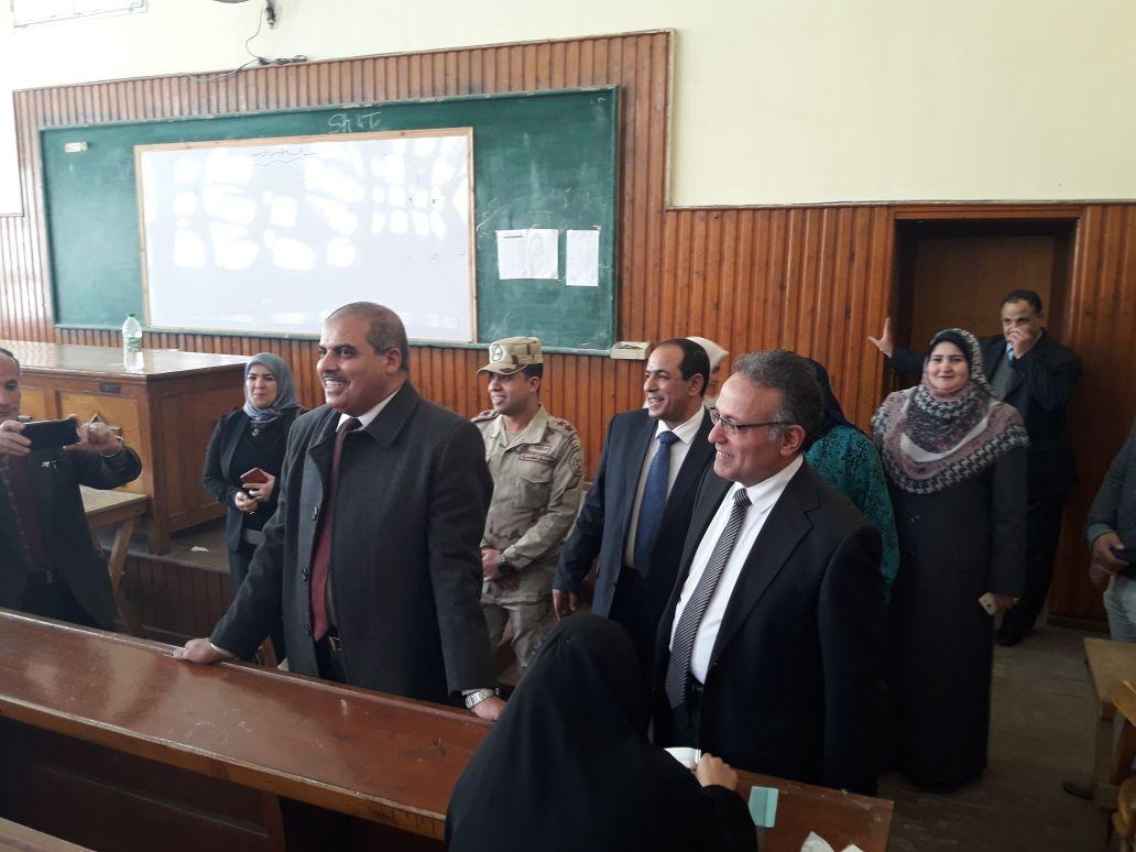 رئيس جامعة الأزهر يتفقد لجان امتحانات كلية الدراسات بالمنصورة (2)