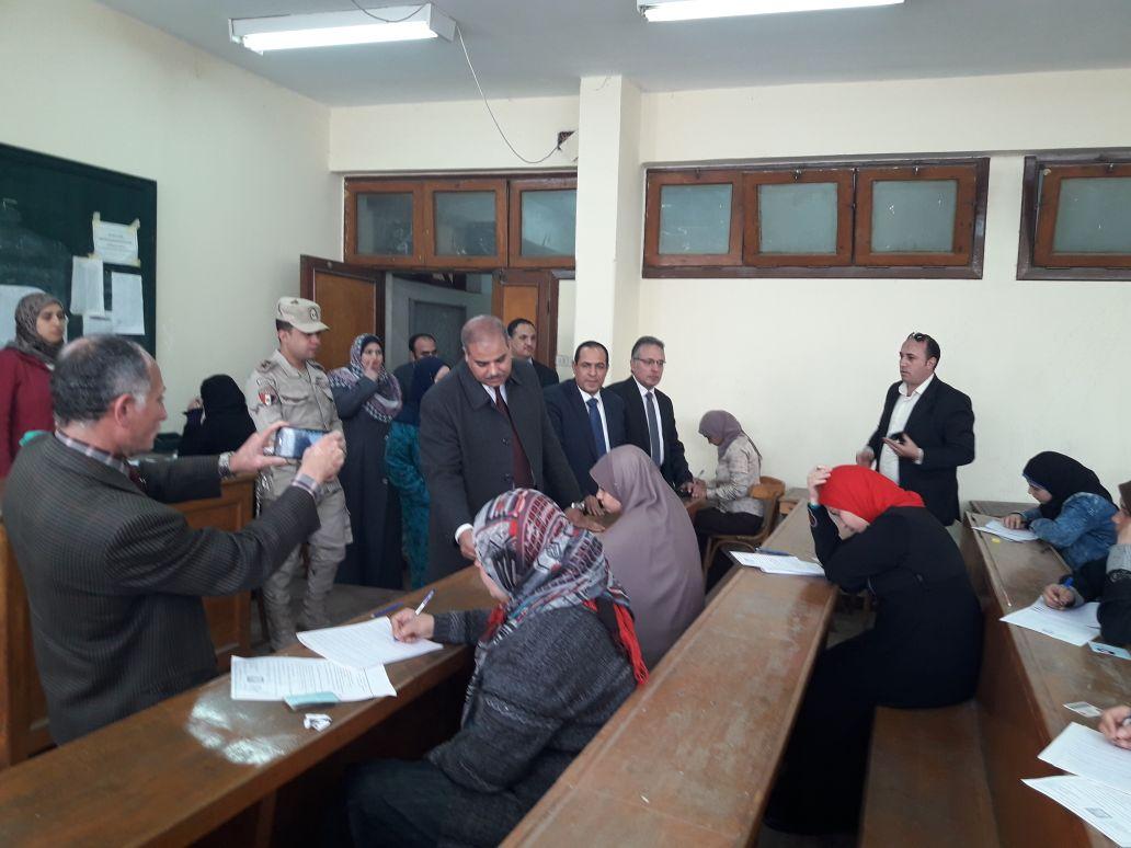 رئيس جامعة الأزهر يتفقد لجان امتحانات كلية الدراسات بالمنصورة (1)