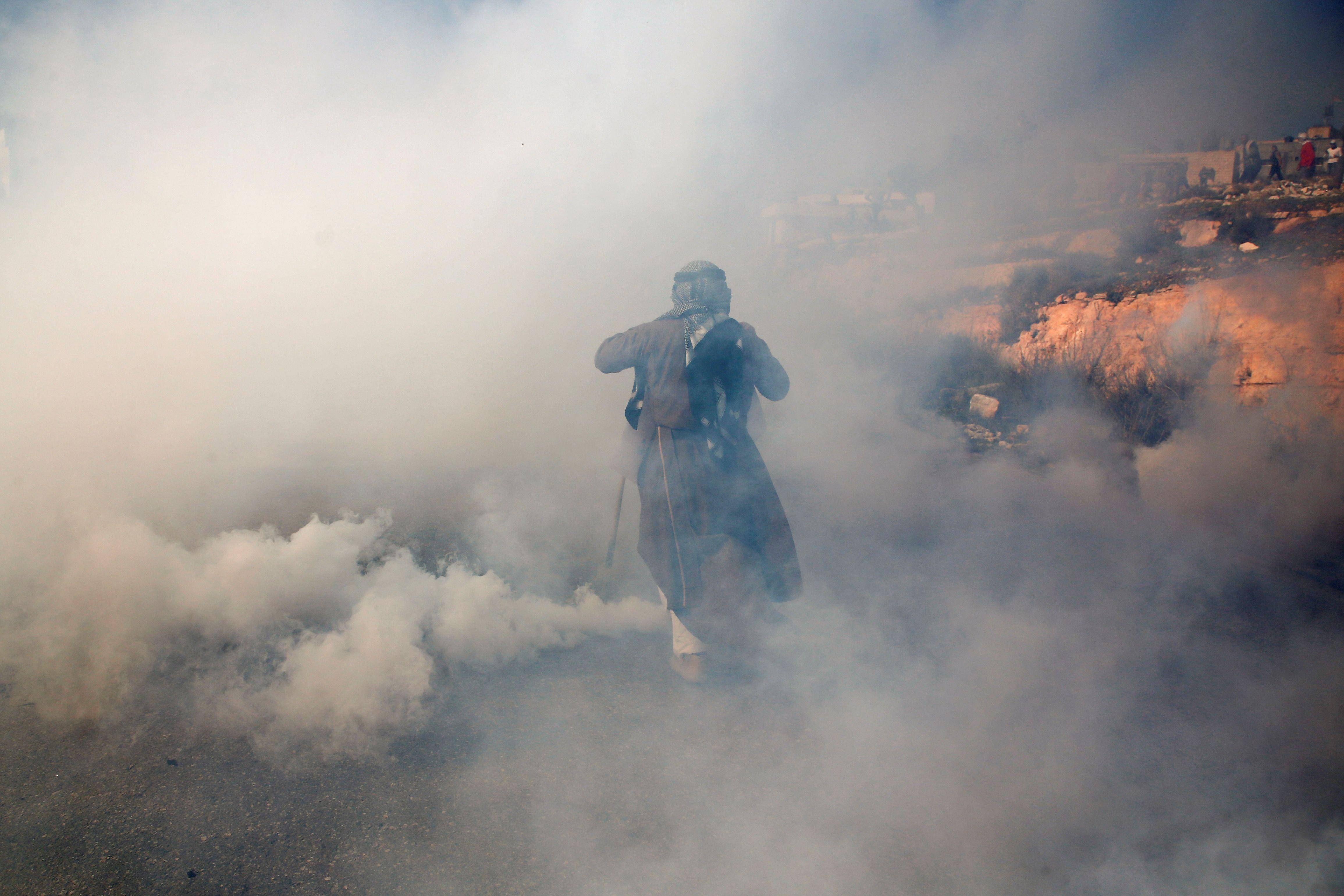 متظاهر وسط الغاز المسيل للدموع