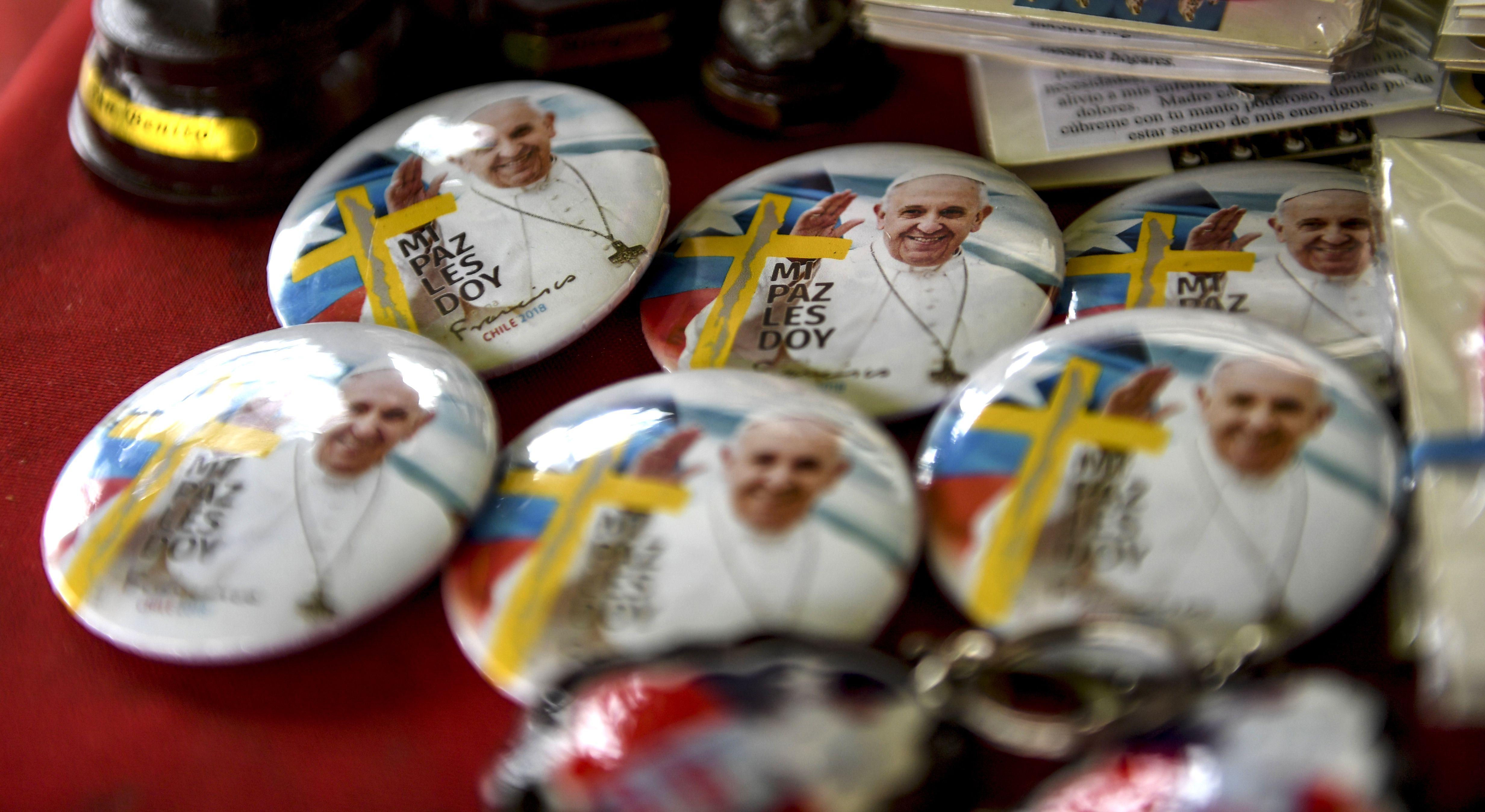 دبابيس تحمل صور بابا الفاتيكان